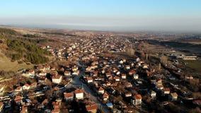 Flyg- sikt av den lilla byn på Bulgarien lager videofilmer