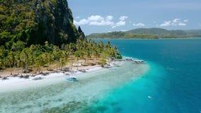 Flyg- sikt av den lilla tropiska Ipil för bot stranden Pinagbuyutan ö, El Nido, Palawan, Filippinerna Klar kristall - stock video