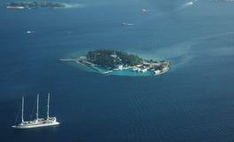 Flyg- sikt av den Maldiverna ön Arkivbild