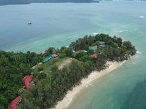 Flyg- sikt av den Manukan ön av Sabah, Malaysia Klart grönt hav Den Manukan ön är den mest besökte ön i Sabah skalle för varnings Arkivfoto