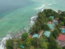 Flyg- sikt av den Manukan ön av Sabah, Malaysia Klart grönt hav Den Manukan ön är den mest besökte ön i Sabah skalle för varnings Royaltyfri Bild