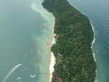 Flyg- sikt av den Manukan ön av Sabah, Malaysia Klart grönt hav Den Manukan ön är den mest besökte ön i Sabah skalle för varnings Arkivbilder