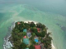Flyg- sikt av den Manukan ön av Sabah, Malaysia Klart grönt hav Den Manukan ön är den mest besökte ön i Sabah skalle för varnings Arkivbild