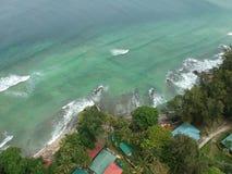 Flyg- sikt av den Manukan ön av Sabah, Malaysia Klart grönt hav Den Manukan ön är den mest besökte ön i Sabah skalle för varnings Arkivfoton