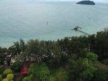 Flyg- sikt av den Manukan ön av Sabah, Malaysia Klart grönt hav Den Manukan ön är den mest besökte ön i Sabah skalle för varnings Royaltyfria Bilder