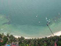 Flyg- sikt av den Manukan ön av Sabah, Malaysia Klart grönt hav Den Manukan ön är den mest besökte ön i Sabah skalle för varnings Fotografering för Bildbyråer