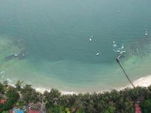 Flyg- sikt av den Manukan ön av Sabah, Malaysia Klart grönt hav Den Manukan ön är den mest besökte ön i Sabah skalle för varnings Royaltyfri Foto