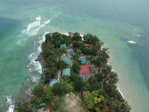 Flyg- sikt av den Manukan ön av Sabah, Malaysia Klart grönt hav Den Manukan ön är den mest besökte ön i Sabah skalle för varnings Royaltyfri Fotografi