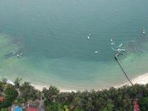 Flyg- sikt av den Manukan ön av Sabah, Malaysia Klart grönt hav Den Manukan ön är den mest besökte ön i Sabah skalle för varnings Royaltyfria Foton