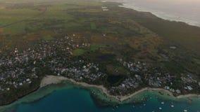 Flyg- sikt av den Mauritius staden, fjärden och jordbruksmarker arkivfilmer