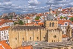 Flyg- sikt av den medeltida byggnaden av den Coimbra domkyrka-, Coimbra staden och himmel som bakgrund, Portugal arkivfoton