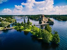 Flyg- sikt av den medeltida slotten för olavinlinna i Savonlinna, Finland Arkivfoton