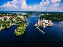 Flyg- sikt av den medeltida slotten för olavinlinna i Savonlinna, Finland Royaltyfri Bild