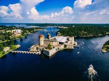 Flyg- sikt av den medeltida slotten för olavinlinna i Savonlinna, Finland Arkivbilder