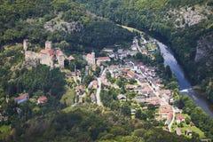 Flyg- sikt av den medeltida slotten Hardegg med floddyje i Österrike Arkivbild