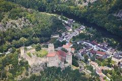Flyg- sikt av den medeltida slotten Hardegg med floddyje i Österrike Royaltyfria Foton