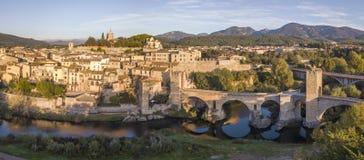 Flyg- sikt av den medeltida staden av Besalu på soluppgång fotografering för bildbyråer