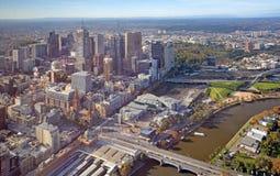 Flyg- sikt av den Melbourne staden & den Yarra floden Arkivbild
