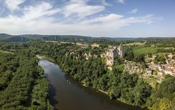 Flyg- sikt av den Montfort slotten och den Dordogne floden royaltyfri foto