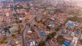 Flyg- sikt av den Morogoro staden arkivbild