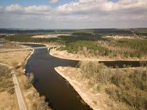 Flyg- sikt av den Nemunas floden i Litauen Överbrygga över floden Tidigt vårlandskap fotografering för bildbyråer