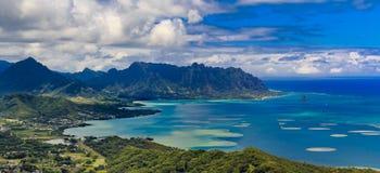 Flyg- sikt av den Oahu kustlinjen och berg i Honolulu Hawaii royaltyfria foton
