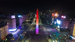 Flyg- sikt av den Obelisco de Buenos Aires obelisken, historisk monument, i plazaen de la Republica på avenyer 9 de Julio, Buenos royaltyfri fotografi