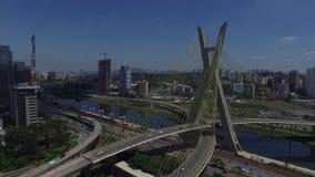 Flyg- sikt av den Octavio Frias de Oliveira bron eller Ponten Estaiada i staden av Sao Paulo, Brasilien