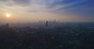 Flyg- sikt av den oerhörda solnedgången över staden Frankfurt - f.m. - strömförsörjning, Tyskland, Europa lager videofilmer