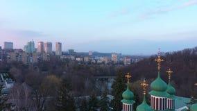 Flyg- sikt av den ortodoxa kristna kyrkan på solnedgången arkivfilmer