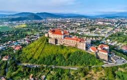 Flyg- sikt av den Palanok slotten i Mukachevo, Ukraina Arkivfoto