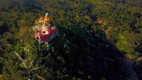 Flyg- sikt av den Pena slotten i Sintra, Portugal arkivfilmer