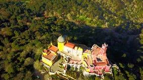Flyg- sikt av den Pena slotten i Sintra, Portugal stock video