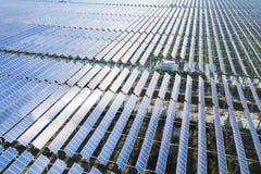 Flyg- sikt av den photovoltaic kraftverket arkivbild