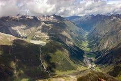 Flyg- sikt av den Pitztal dalen och Rifflesee Royaltyfri Fotografi
