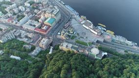 Flyg- sikt av den post- fyrkanten i staden av Kiev, Ukraina stock video