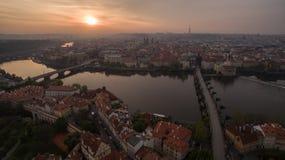 Flyg- sikt av den Prague och Vltava floden på solnedgången Arkivbilder