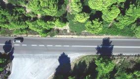 Flyg- sikt av den provinsiella vägen mellan träd i Neos Marmaras, Halkidiki Grekland, överkant-nerrörelse med surret arkivfilmer