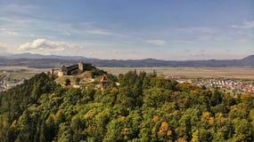 Flyg- sikt av den Rasnov staden och fästningen royaltyfria bilder