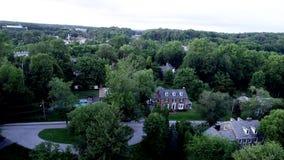 Flyg- sikt av den rika förorts- Philadelphia grannskapen i den Radnor församlingen, Villanova, PA under sommartid arkivfilmer