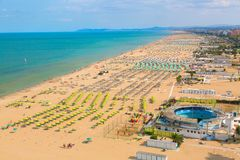 Flyg- sikt av den Rimini stranden med folk och blått vatten Resa resväskan med seascapeinsida arkivbild