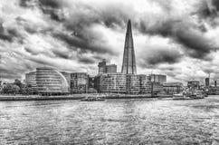 Flyg- sikt av den södra banken över Thameset River, London Arkivbild