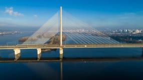 Flyg- sikt av den södra bron Flyg- sikt av den södra gångtunnelkabelbron Kiev Ukraina Arkivfoto