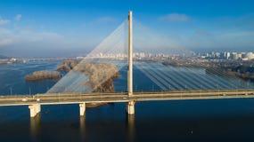 Flyg- sikt av den södra bron Flyg- sikt av den södra gångtunnelkabelbron Kiev Ukraina Fotografering för Bildbyråer