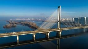 Flyg- sikt av den södra bron Flyg- sikt av den södra gångtunnelkabelbron Kiev Ukraina Arkivbild