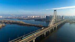 Flyg- sikt av den södra bron Flyg- sikt av den södra gångtunnelkabelbron Kiev Ukraina Royaltyfria Foton