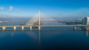 Flyg- sikt av den södra bron Flyg- sikt av den södra gångtunnelkabelbron Kiev Ukraina Arkivfoton