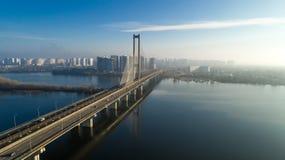 Flyg- sikt av den södra bron Flyg- sikt av den södra gångtunnelkabelbron Kiev Ukraina Royaltyfri Bild