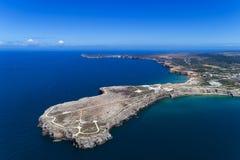 Flyg- sikt av den Sagres Sagres punkten med den Sanka Vincent Cape & x28en; Cabo de Sao Vincente& x29; på bakgrunden i Algarve Arkivbild