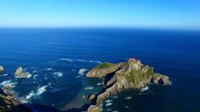 Flyg- sikt av den San Juan de Gaztelugatxe ön och kyrkan, Spanien lager videofilmer